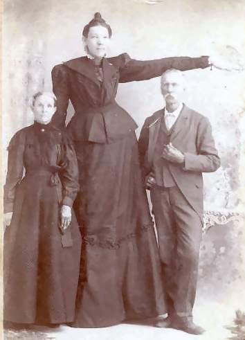 Элла со своими родителями Бенджамином и Анной Юинг.