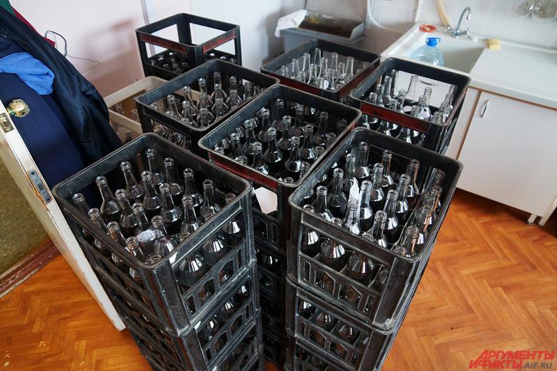 Технологи-дегустаторы следят за качеством стеклотары, в которые разливается алкоголь