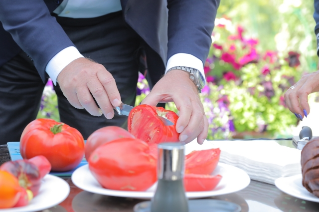 Город славится гигантскими и очень вкусными помидорами.