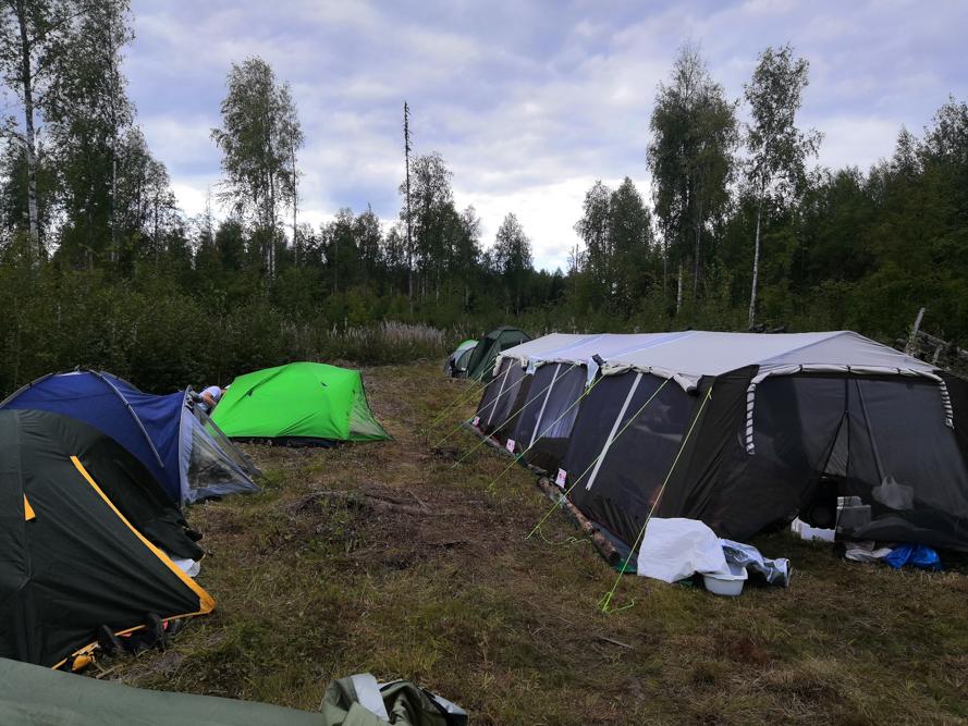В тайге разбили палаточный лагерь.