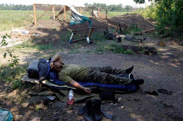 У большинства военных нет не только бронежилетов и касок, но зачастую даже палаток и спальных мешков