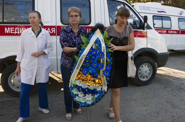 Местные жители и коллеги во время прощания с медиками, трагически погибшими в результате нападения на вторую подстанцию скорой помощи в Симферополе.