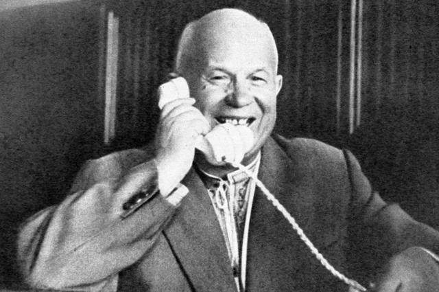 Первый секретарь ЦК КПСС Председатель Совета Министров СССР Никита Хрущев говорит по телефону с первым космонавтом Юрием Гагариным.