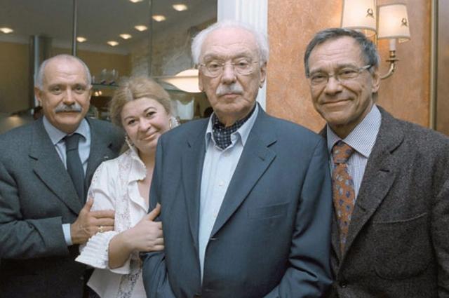 Сергей Михалков в день своего 90-летия с супругой Юлией и сыновьями Никитой (слева) и Андроном.