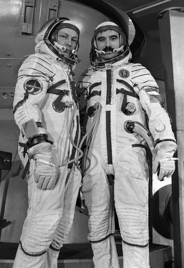 Члены международного экипажа космического корабля «Союз-33»— командир корабля Николай Рукавишников ( слева) икосмонавт-исследователь НРБ майор Георгий Иванов (справа)