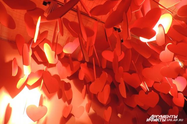 В комнате влюбленности много сердец, а в воздухе летают феромоны.