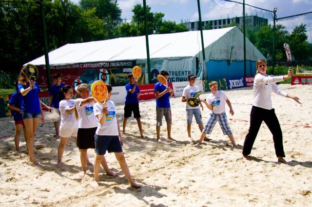 Волонтёры играли с детьми в специальной игровой зоне.