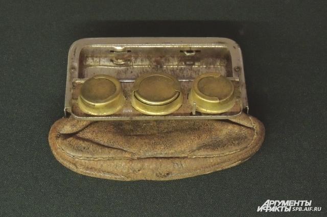В начале прошлого века в моде был кошелек со встроенной монетницей.