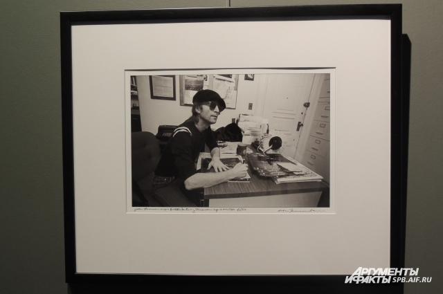 Леннон подписывает альбом в студии.