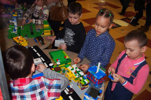 Одни дети собирали лего-конструкторы...