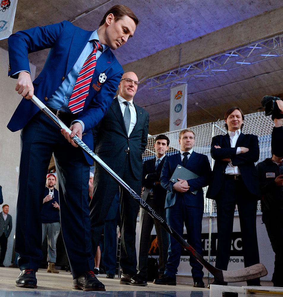 Сергей Федоров (слева) на презентации нового фирменного стиля КХЛ в Москве.