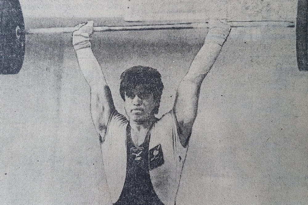 Сергей Зотов толкает рекордный вес.