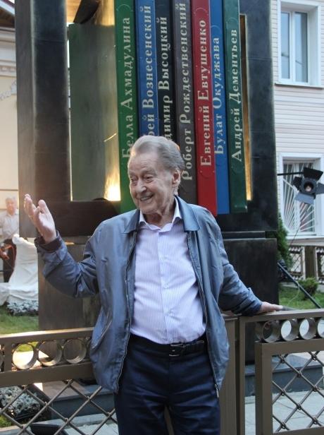 Андрей Дементьев возле памятника поэтам-шестидесятникам в Твери