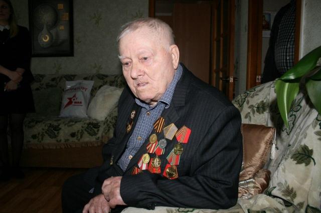 Сергею Семеновичу Мокроусову из Выгонич 96 лет, он майор запаса, военный летчик-ас.