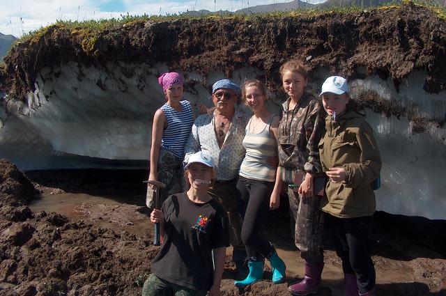 Ученый со студентами ТИУ на подземных льдах Якутии.