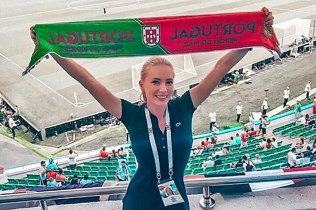 Болельщица из Краснодара болеет за португальскую сборную.