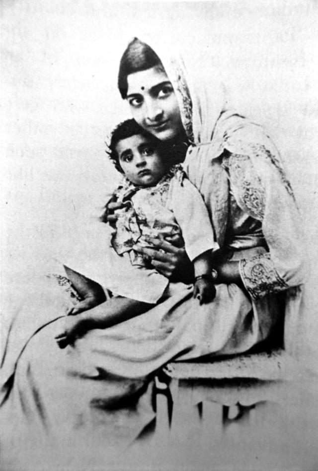 Камала Неру с дочерью Индирой.