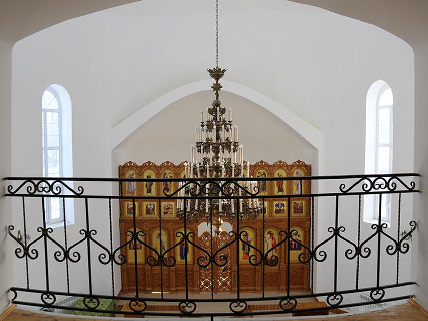 Внутреннее убранство храма в Рыбках.
