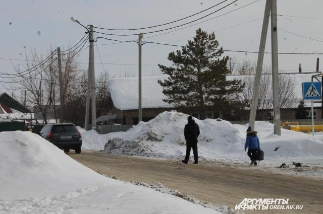 Жителям посёлка им. Куйбышева неважно, кто расчистит тротуары на их улицах – частники или специалисты МУПов, пока же дети вынуждены ходить по обочинам.