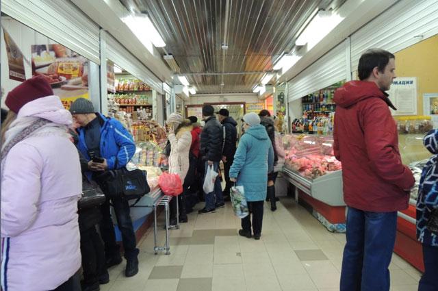 Людей устраивает, что продукты в торговом комплексе продаются по относительно низким ценам.