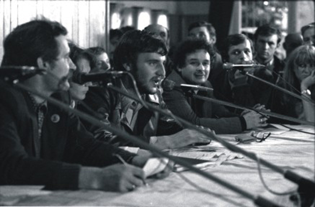 Лех Валенса, Анджей Колодзей и Лех Качиньский на Гданьской верфи, август 1980 года.