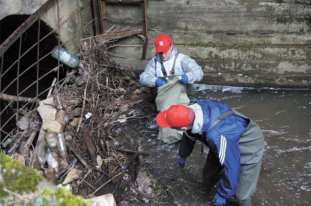 Несколько бравых молодых специалистов не побоялись зайти в Егошиху в специальном обмундировании и собрать мусор, который прибило к коллектору.