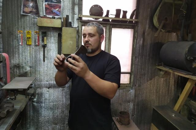 Сергей Гаргалык может сковать много чего: и нож, и топорик, и даже шашку.