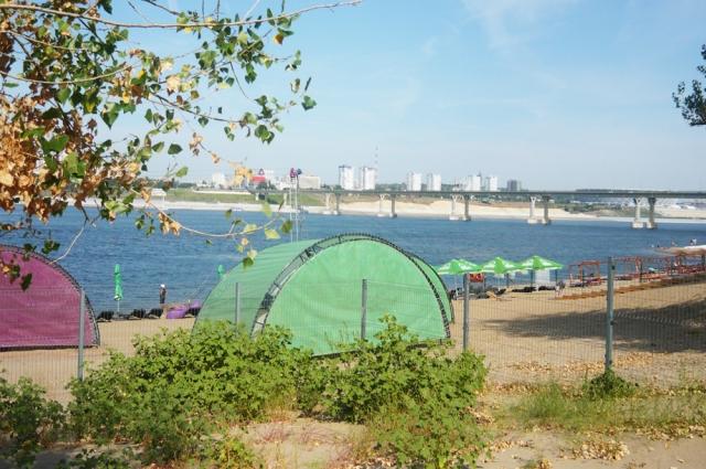 Берег Волги обнесён забором, на въезде у пляжа установлен блок-пост.
