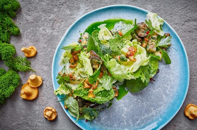 Салат с лисичками и баклажаном