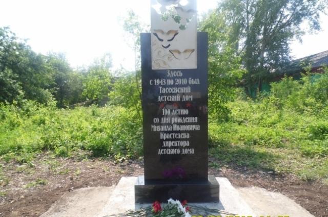 В прошлом году на месте бывшего детского дома установили памятник бате Мише.