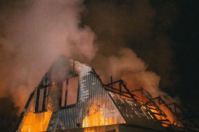 В Киеве ночью вспыхнул и сгорел дотла дом с двумя автомобилями