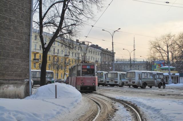 Вагон поворачивает на конечную станцию у железнодорожного вокзала