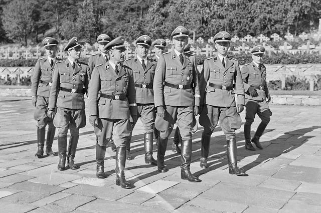 Генрих Мюллер (в первом ряду слева) и Рейнхард Гейдрих на военном кладбище в Осло, Норвегия, в 1941 году.