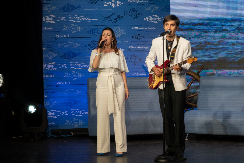 Натали Коршикова и Константин Мищенко исполнили рыбацкие хиты.