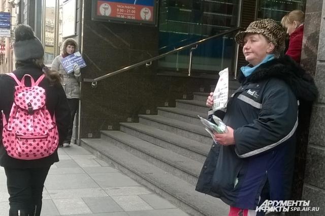 Промоутеры на улице зазывают прохожих в офис застраховать машину