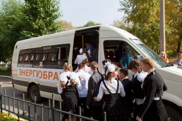 Автобус с детьми, который протащил силач Эльбрус Нигматуллин.