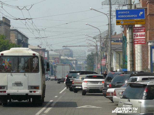 Днём столица края выглядит, как лежбище для автомобилей.