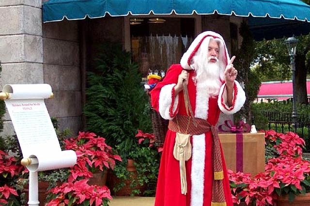 Французский Дед Мороз всегда в отличной форме, ведь он много ходит пешком.
