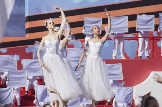 В театрализованном прологе на Октябрьской площади участвовало около 1,5 тыс. артистов.