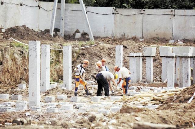Строители вбили сваи и закладывают фундамент. Дом по ул.  Баранчинской, 10, сдадут в следующем году.