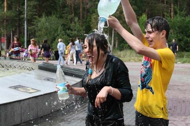 На праздник Ивана Купалы принято обливаться водой.
