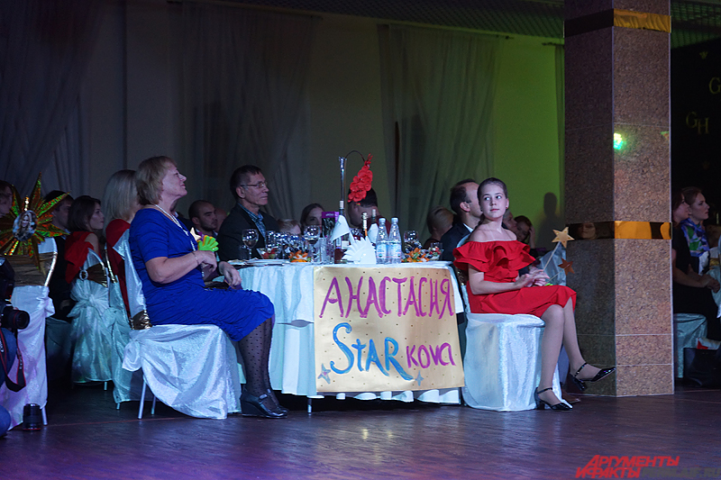 У каждой участницы был свой стол поддержки, состоящий из родственников и друзей.