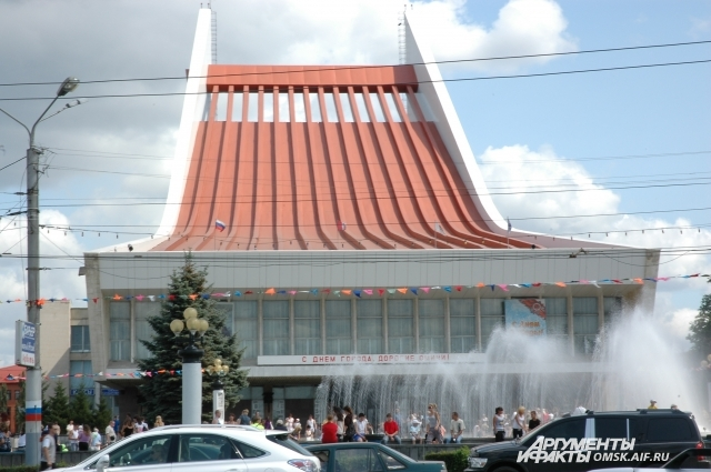 По замыслу архитекторов здание должно было напоминать арфу и летучий корабль.