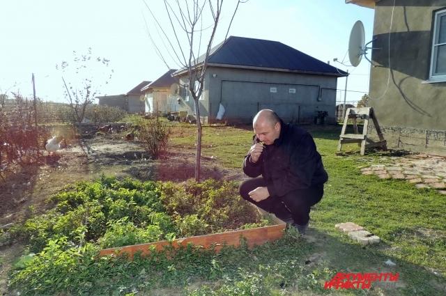 Запах растущей во дворе мяты напоминает Аззаму о Сирии.