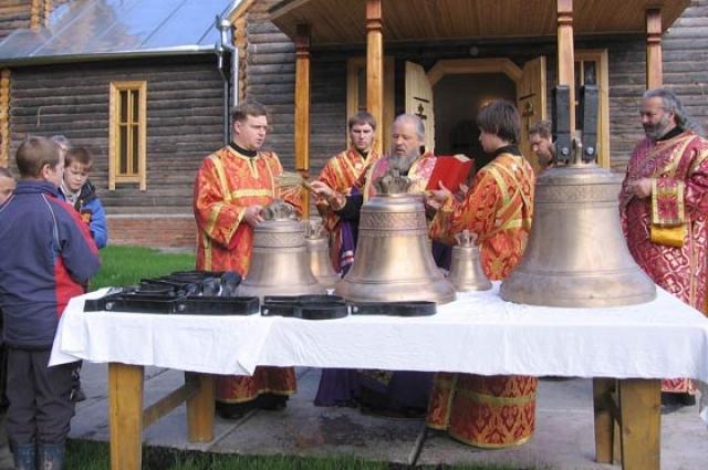 Владыка Антоний, освящал подъём колоколов.