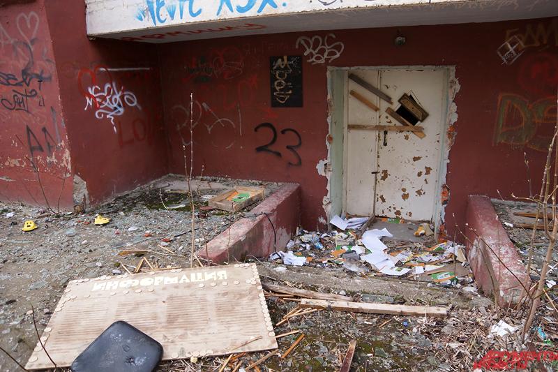 Дом стал пристанищем для бомжей и алкоголиков.