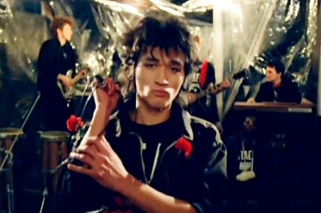 Виктор Цой исполняет в ленте свой знаменитый хит.