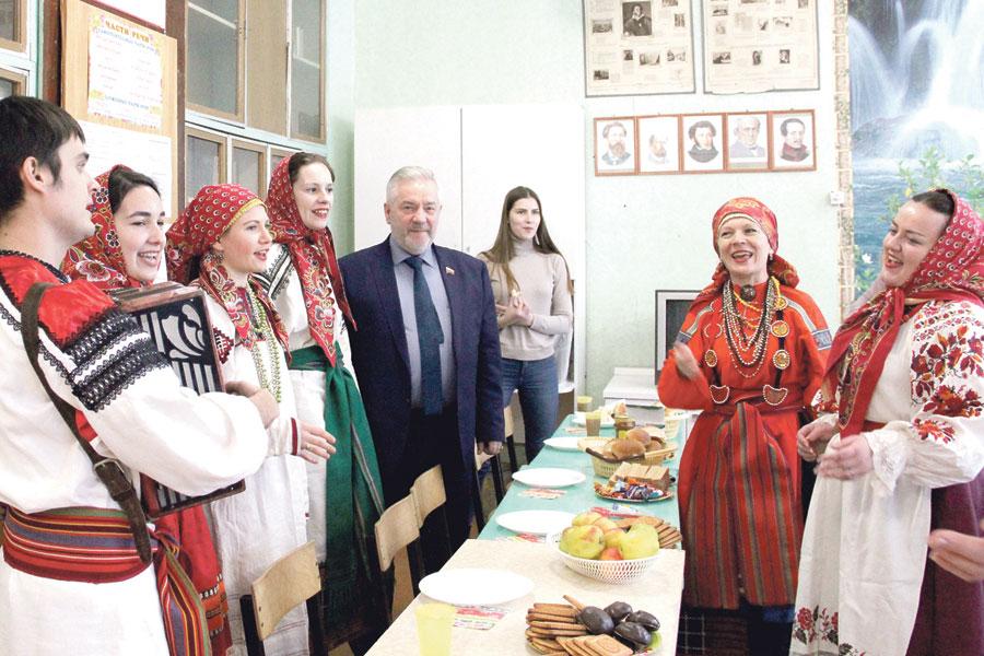 После концерта артисты ансамбля «Терем» пообщались с Александром Жуковым за чаепитием.