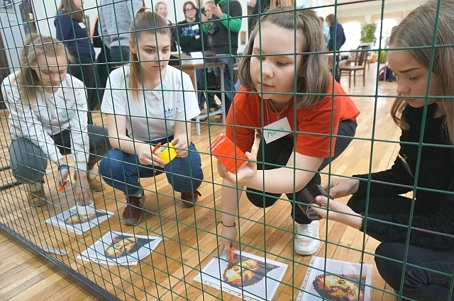 Участники лагеря создают собственный арт-объект из экологических материалов.