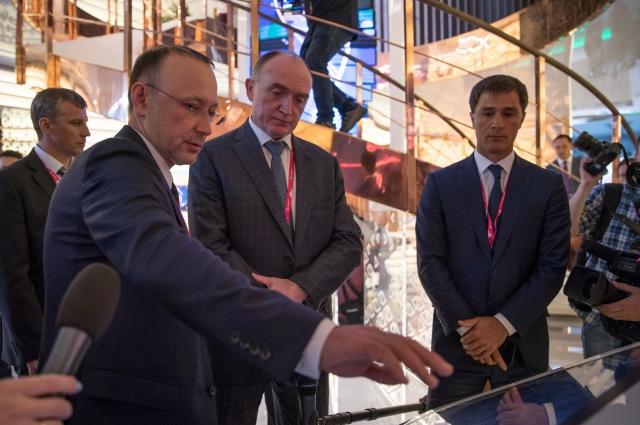Одним из первых топовых посетителей стенда РМК стал губернатор Челябинской области Борис Дубровский (в центре).